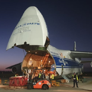 Conqueror Santo Domingo joins forces with Conqueror Vancouver to handle a project cargo shipment of 350 tonnes